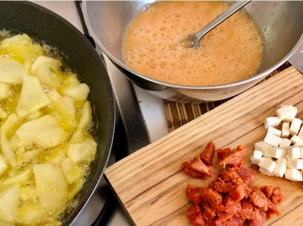Tortilla de patatas con sobrasada y queso, receta