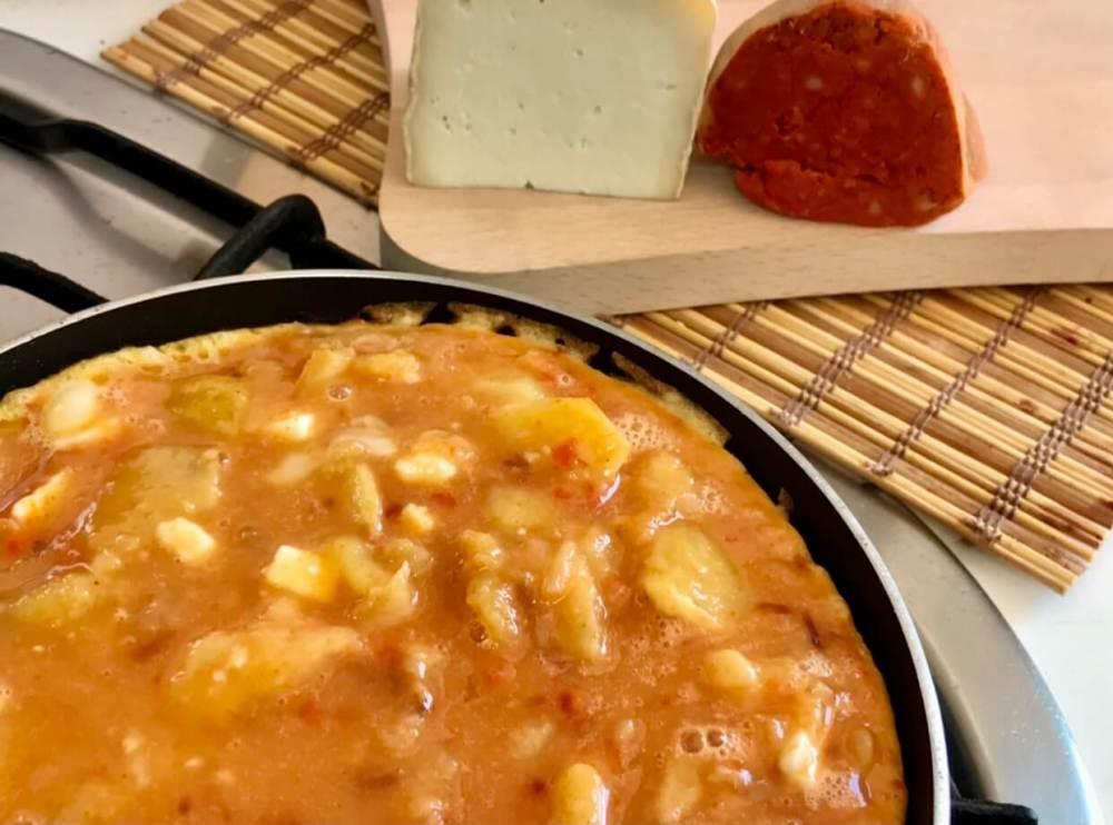 Tortilla española con productos artesanos, queso y sobrasada