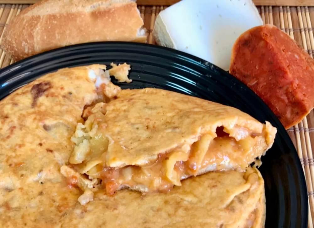 Tortilla de patatas con queso y sobrasada, receta