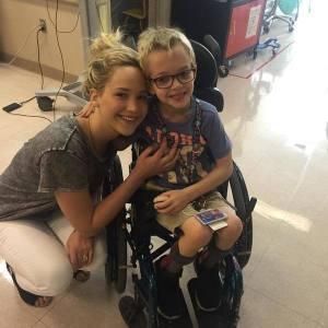 Jennifer Lawrence visita i bambini dell'ospedale di Montreal
