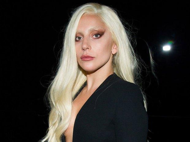 Lady Gaga con un sexy tailleur dalla scollatura ombelicale