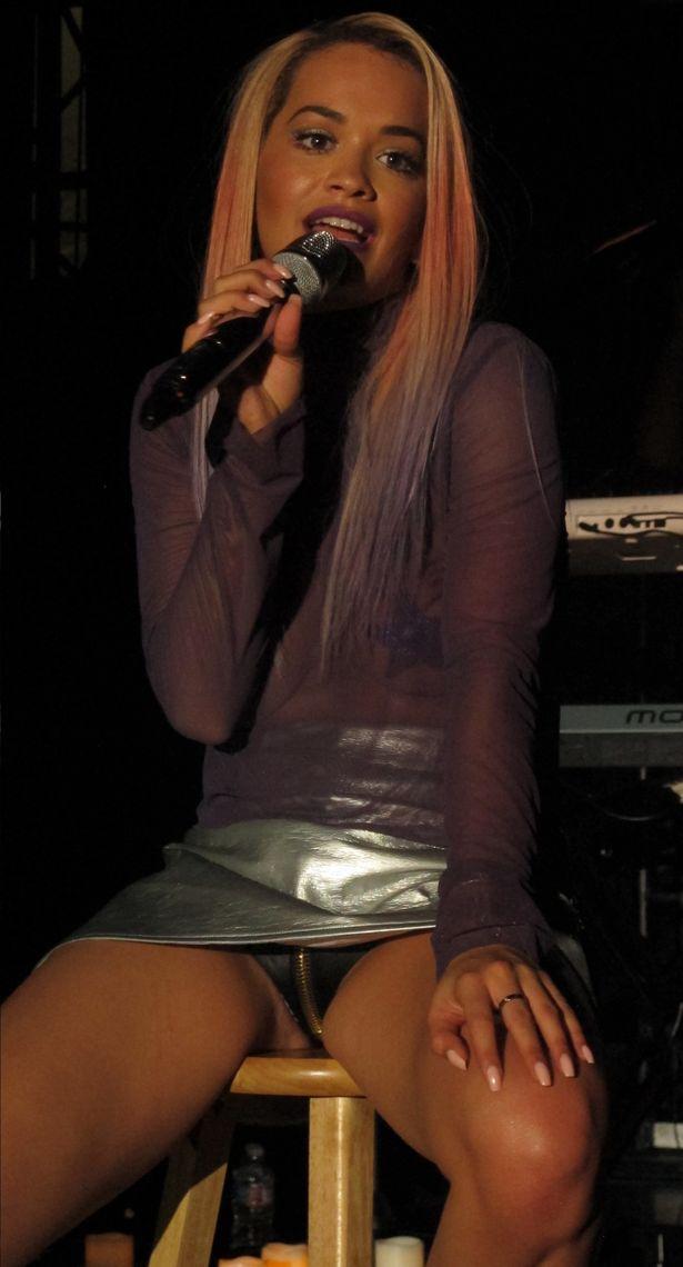 Rita Ora e la sottoveste in pelle mentre canta a Los Angeles