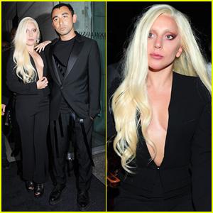 Lady Gaga con un sexy tailleur dalla scollatura ombelicale al nyfw.