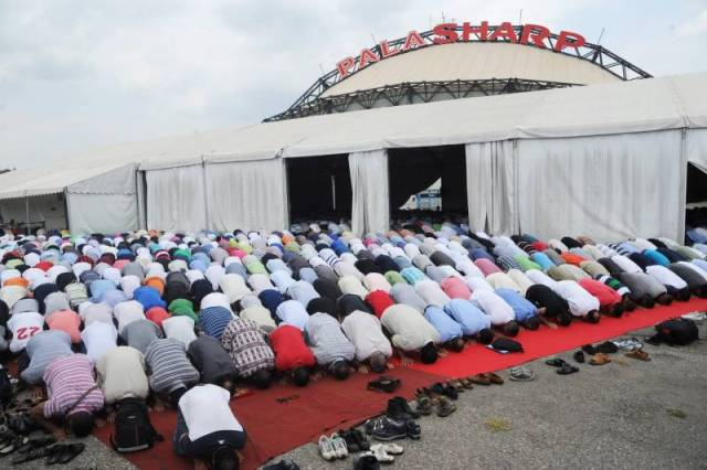 Mussulmani in preghiera davanti al palasharp