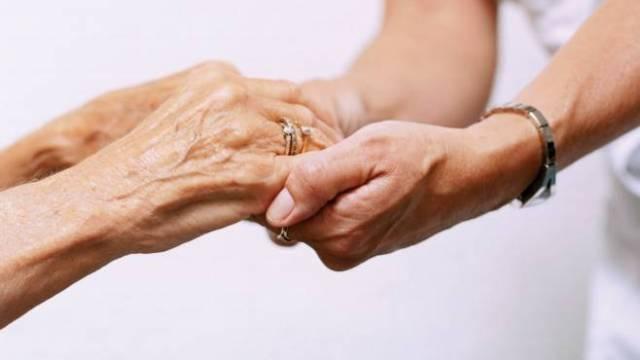 A 60 anni dona un rene senza conoscere il ricevente e salva 4 persone