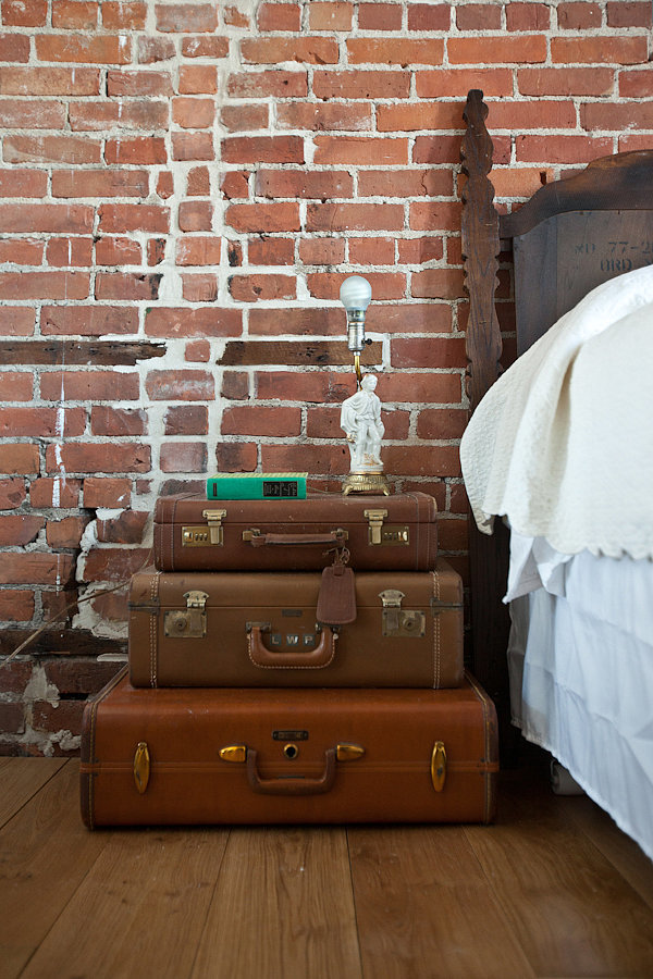 suitcase_night_table