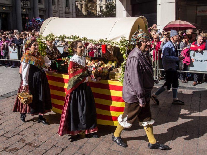 Ofrenda de Frutos a la Virgen del Pilar - Diferentes trajes de baturros y baturras desfilan el 13 de octubre por Zaragoza en las Fiestas del PIlar