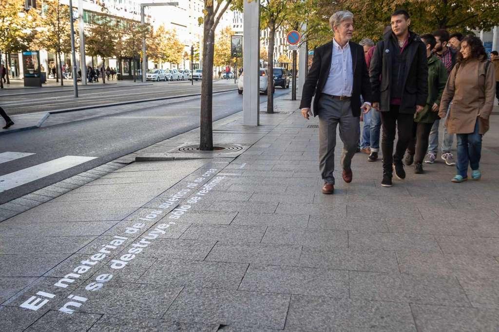 Rasmia! Primer Festival de Poesía Joven de Zaragoza - Foto del Ayuntamiento de Zaragoza - El alcalde Pedro Santisteve recorriendo uno de los pasos de cebra poéticos de Zaragoza