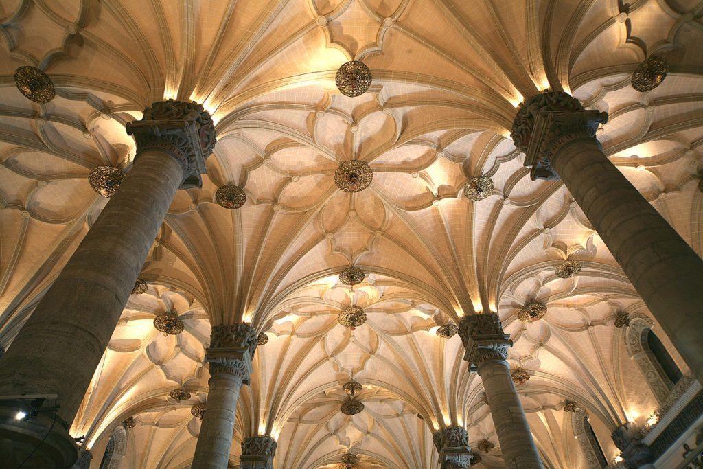 Monumentos en Zaragoza - Interior de la Lonja, sus bóvedas de crucería son impresionantes