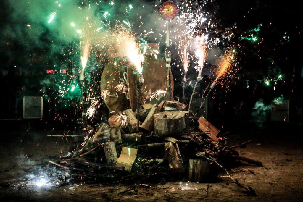 Hogueras de San Antón - Foto de Isabel Aparicio - Hoguera del Arrabal con fuegos de artificio y toda clase de motivos para quemar