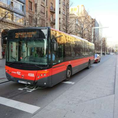 Moverte en autobús por Zaragoza - Uno de los buses de la línea diurna 21 haciendo su recorrido por Paseo Independencia
