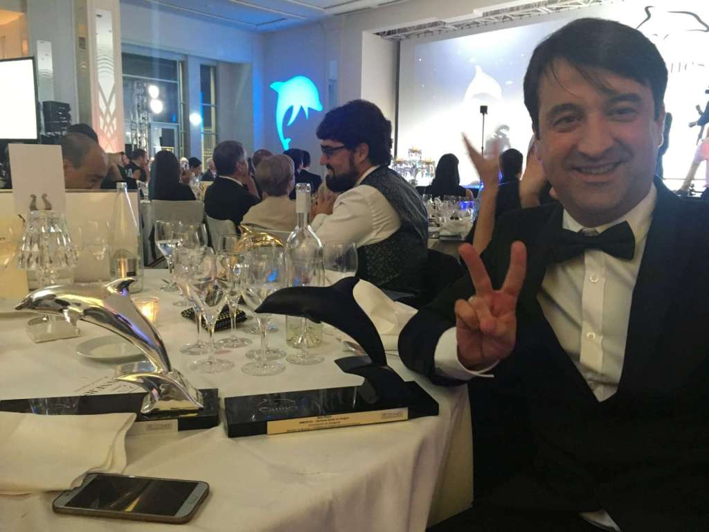 Lorenzo Cortés - Lorenzo Cortés con el Delfín de Plata y el Delfín Negro, este último galardón recibido por mejor música en el Festival de Cine Corporativo de Cannes
