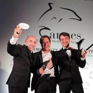 Lorenzo Cortés - Posando de iquierda a derecha Javier Jiménez, Raúl Calavia y Lorenzo Cortés con el Delfín de Plata y el Delfín Negro con los que Inmortal fue galardonado en Cannes