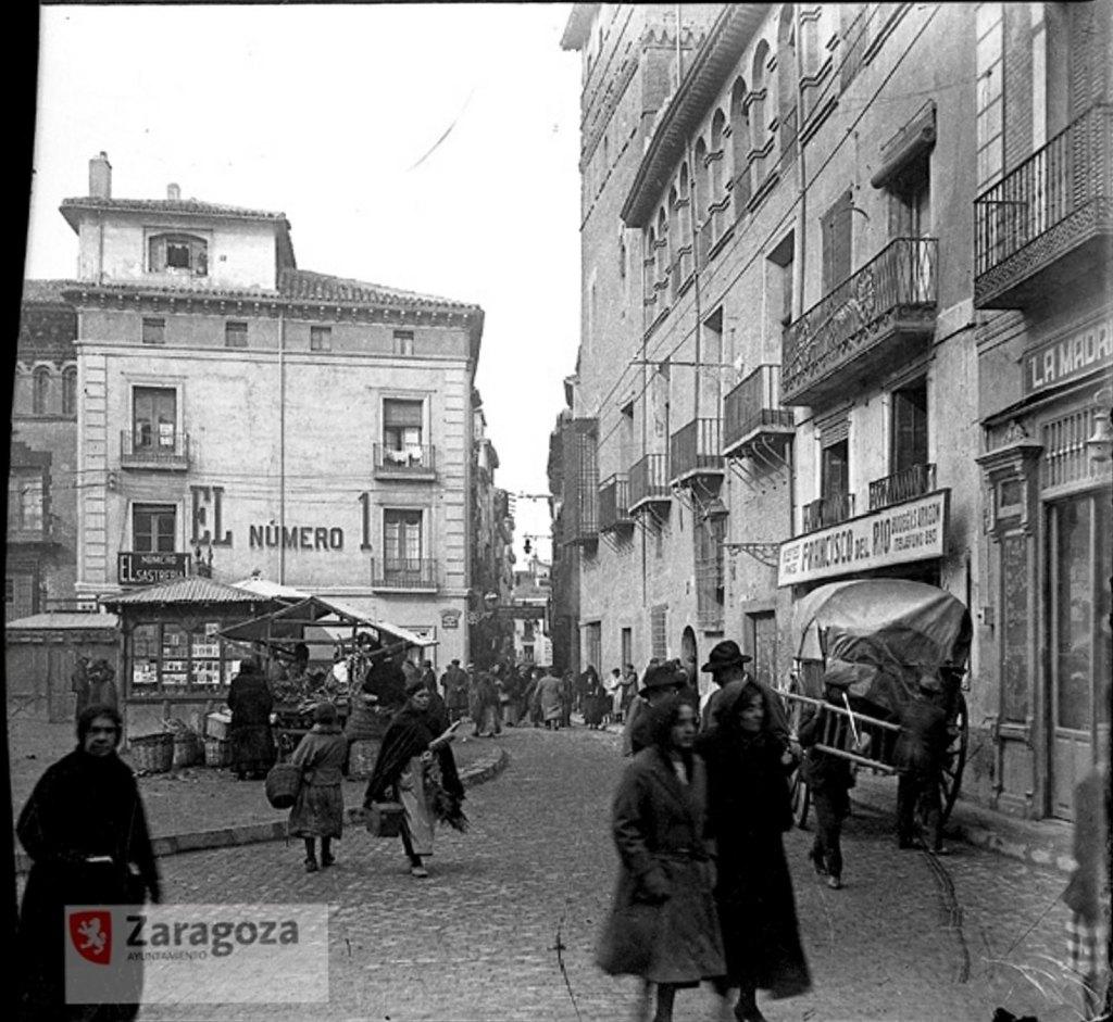 Foto del Gran Archivo de Zaragoza Antigua - La Madrileña (futura Casa Montal) a la derecha, en la plaza San Felipe repleta de comercios, mercados  y puestos (1.924)