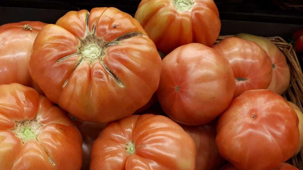 ingredientes aragoneses para una ensalada: tomate rosa