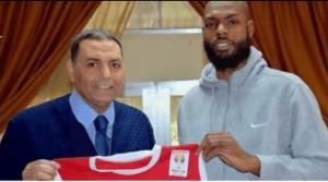 لاعب أمريكي مع منتخب سوريا بكرة السلة