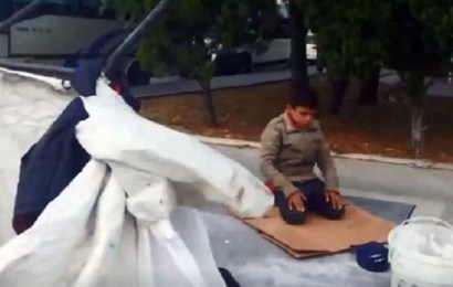 الفيديو الذي أثار مشاعر الأتراك ، طفل سوري يعمل في جمع الكرتون باسطنبول، أوقف عربته عندما سمع الأذان وفرش كرتونة وأدى الصلاة