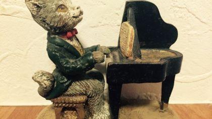 ピアノを弾く 猫