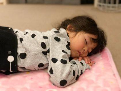 寝る 女の子