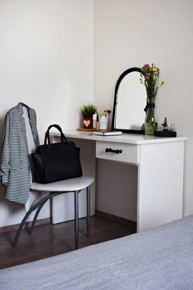 minimalistyczna toaletka