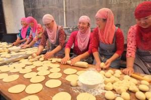 Happy Muslim women preparing Iftar.