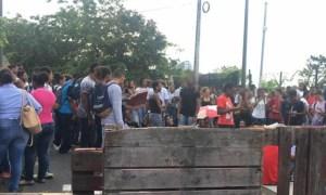 #ZayActu : Les lycéens du lycée Schoelcher sont mobilisés et bloquent l'accès principal de l'établissement | ZayRadio.org
