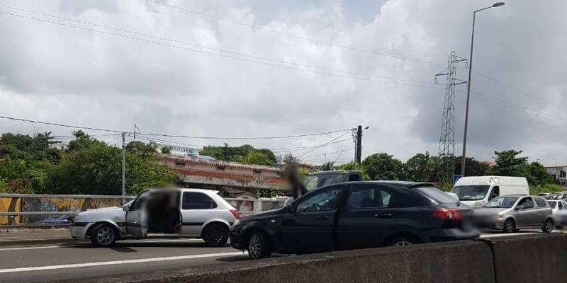 Accrochage entre deux véhicules sur l'autoroute