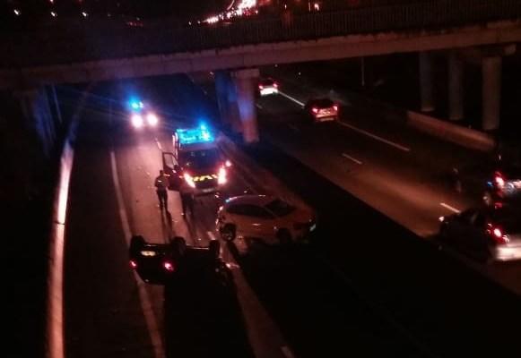 Circulation bloquée suite à un accident sur l'autoroute. Une voiture sur le toit