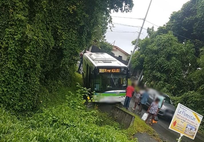Un bus fait une sortie de route à Morne-Pavillon au Lamentin