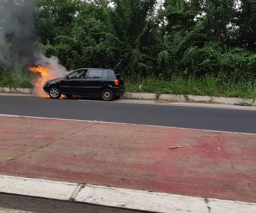 Une voiture détruite par les flammes dans la montée de Lestrade au Robert