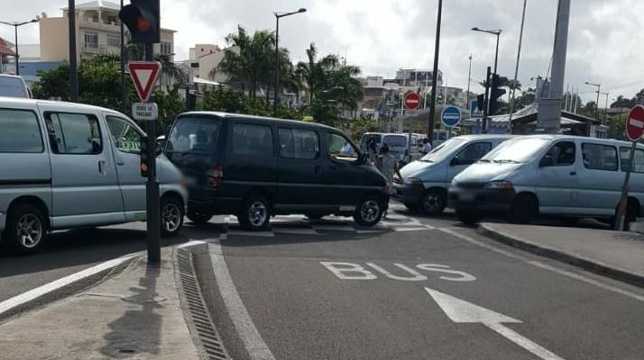 Les taxicos bloquent les voies du TCSP à Fort-de-France