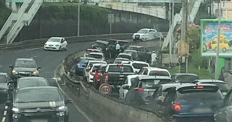 Un accrochage entre deux véhicules sur la Rocade de Fort-de-France provoque des embouteillages