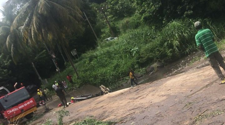 Un tracteur tombe dans la rivière de Presqu'île à Saint-Joseph. Le chauffeur s'en sort indemne