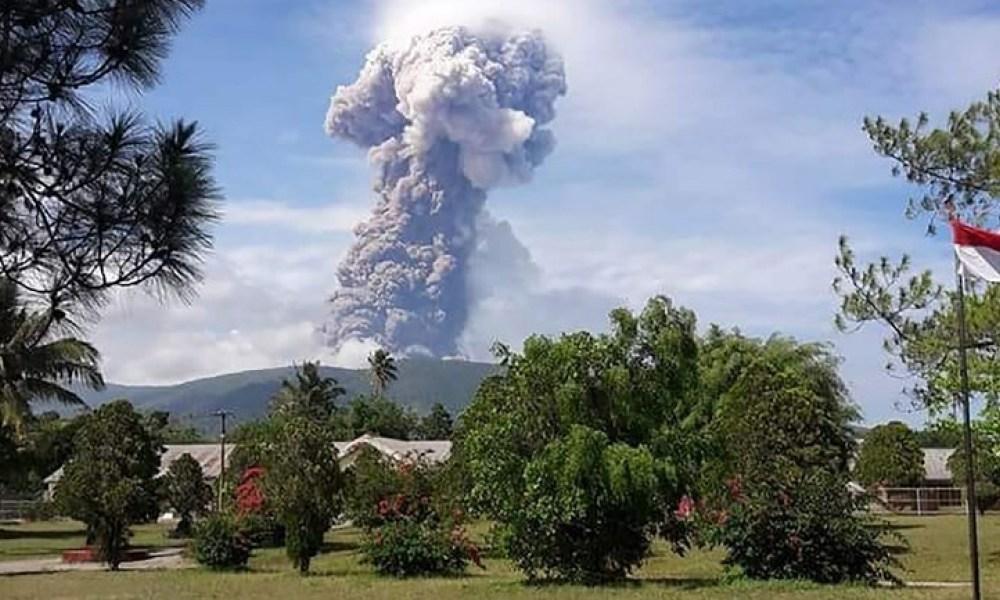 Indonésie : séismes, tsunami et maintenant éruption du volcan Soputan sur l'île des Célèbes