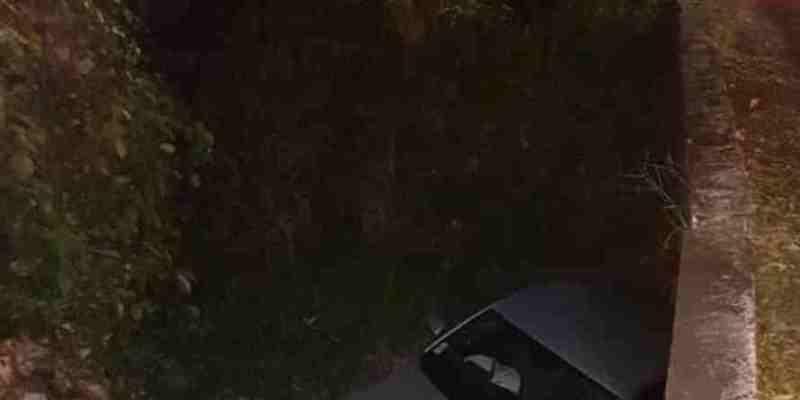 Ce vendredi soir, une impressionnante sortie de route a eu lieu aux Trois-Ilets. Une voiture a terminé sa course dans un fond.