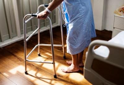 Un aide-soignant en EHPAD filmé en train de frapper et insulter une personne âgée de 98 ans