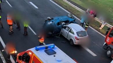 Photo of Une voiture fait plusieurs tonneaux et termine sa course sur le flanc sous le pont de Carrère