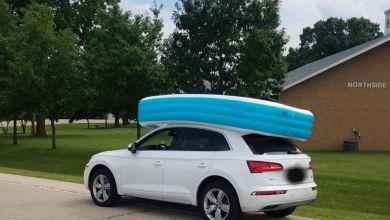 Photo of Elle roule en SUV, avec ses deux filles dans une piscine gonflable installée sur le toit de la voiture