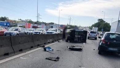 Photo of Une voiturette se retrouve sur le flanc sur l'autoroute et provoque de gros embouteillages