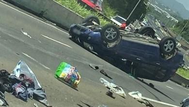 Photo of Une voiture sur le toit en plein milieu de l'autoroute juste après le pont de la Lézarde au Lamentin