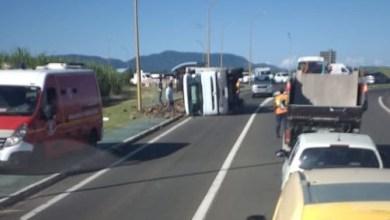 Photo of Un camion sur le flanc juste après le rond-point de Petit-Bourg à Rivière-Salée