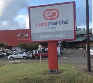 Les militants devant le centre-commercial Océanis au Robert ce samedi matin