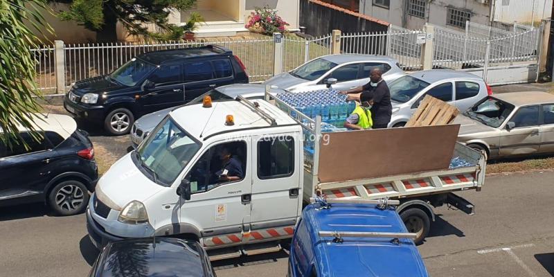 La ville du Lamentin distribue des packs d'eau