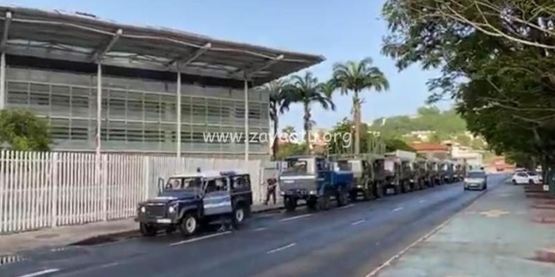 Les forces de l'ordre devant et aux abords du Palais de justice en marge du procès des militants.