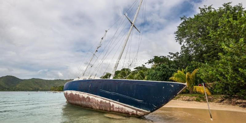 Le voilier Miss Carole échoué sur la plage de la Pointe-Marin à Sainte-Anne