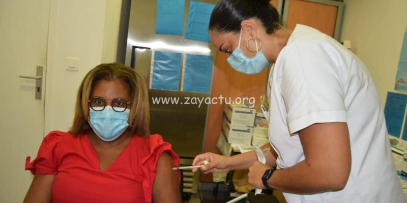 Catherine Conconne se faisant vacciner