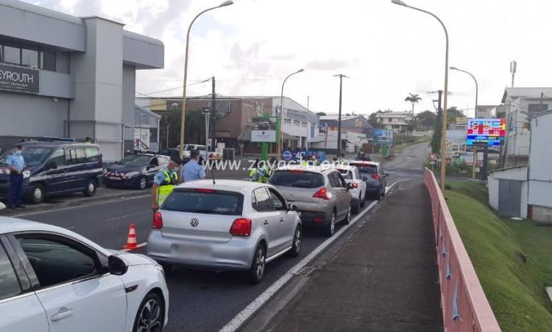 Contrôle routier à Ducos lors du premier jour de confinement