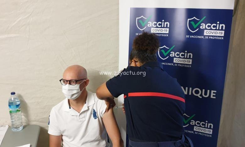 Stanislas Cazelles en train de se faire vacciner contre la covid-19. Photo : préfecture de Martinique.