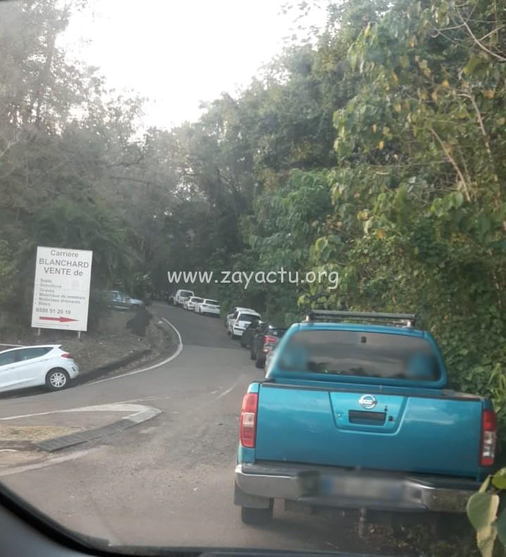 Des voitures stationnées devant le site. Photo : réseaux sociaux.