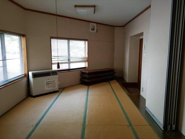 冷美佐島駅の地上待合室は暖房機器も完備されている